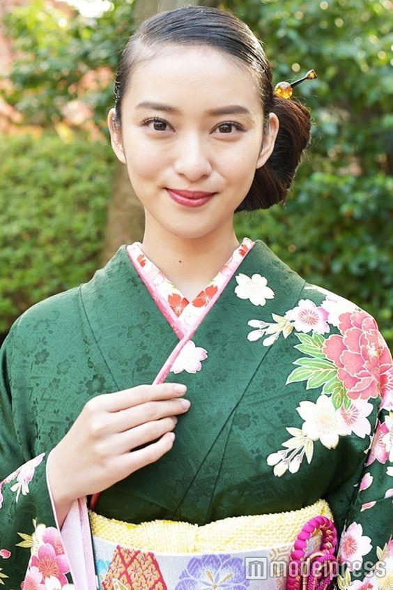 緑の華やかな着物を身にまとう武井咲