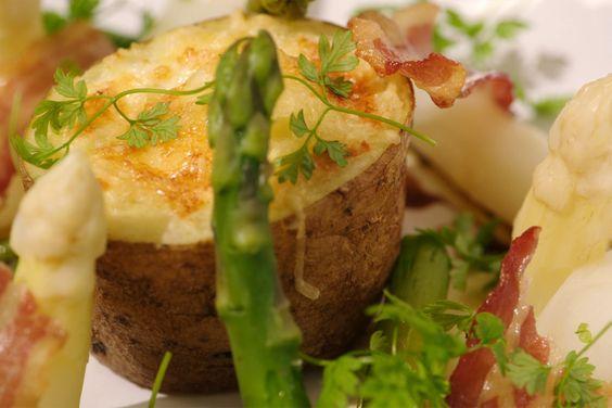 Aardappelboer Willy Patat brengt een zak vastkokende Nicola aardappelen langs, een vastkokende aardappel waarvan de binnenkant mooi geel is. Deze grote aardappelen zijn niet geschikt voor frieten. Daarvoor gebruik je volgens Willy nog altijd het best bintjes.Voor de gevulde aardappel die Jeroen maakt, kun je zowel vast- als loskokende variëteiten gebruiken. Met witte en groene asperges en een stukje krokant gebakken spek erbij, is dit een perfect voorgerecht.