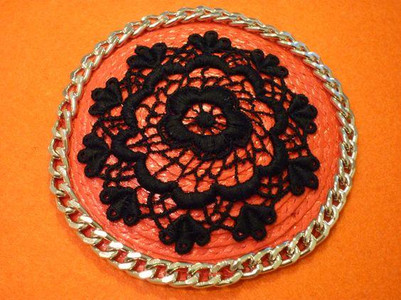 TOCADO GLAM ROCK  -  Una combinación entre la elegancia del ganchillo y la dureza de la cadena. Base tocado rafia roja con peineta. Precio: € 16
