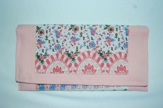 Cartera de mano rosa con doble tela floreada y forro celeste pastel. Medidas aprox: 26x13cm. Cierre de imán. P.V.P: 25€