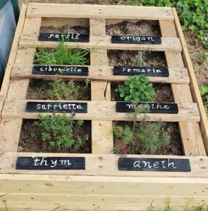 potager plante aromatique en palettes tuto diy aromatic plants in their vegetable garden. Black Bedroom Furniture Sets. Home Design Ideas