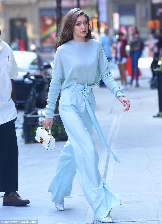 Nos últimos desfiles das semanas de moda, percebi que os tons claros voltaram com tudo. E, na viagem para Miami, notei que o azul pastel– junto com algumas outras cores – dominaram as araras das lojas.
