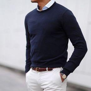 Pantalone bianco con cinta marrone lavorata a contrasto e maglia blu girocollo con camicia con colletto piccolo.