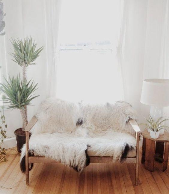 Inred med lammskinn för maximalt inredningsmys - Sköna hem