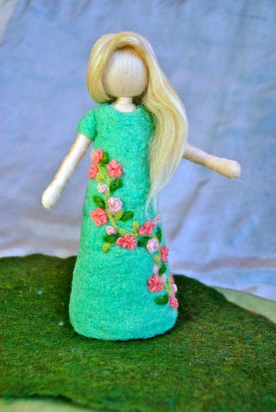 Muñeca fieltro de aguja inspirado Waldorf: Vestido de flores hadas