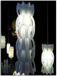 lámpara hecha con botellas de plástico