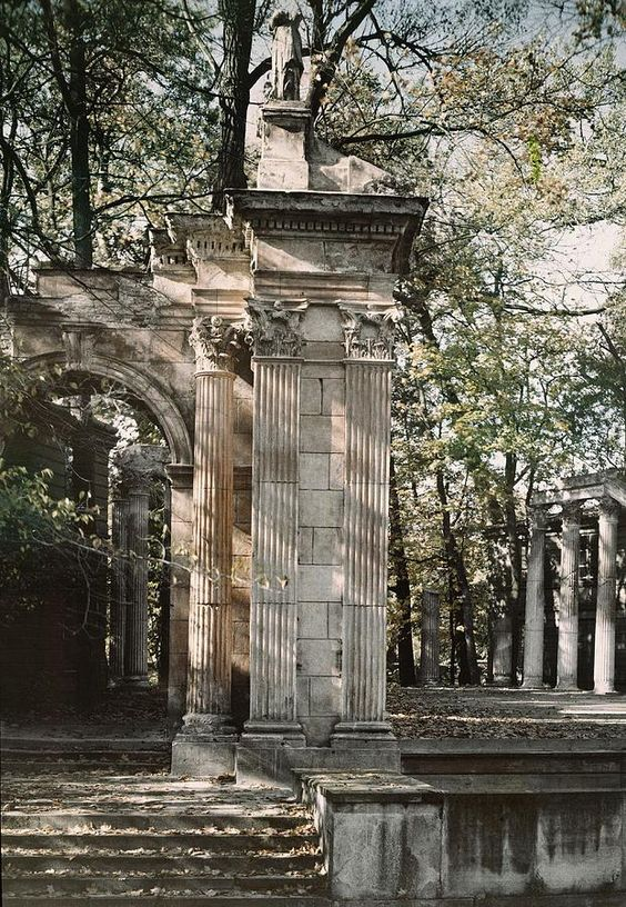 ✮ A view of the ruins at the outdoor theater of the Lazienki Palace - Warsaw, Poland
