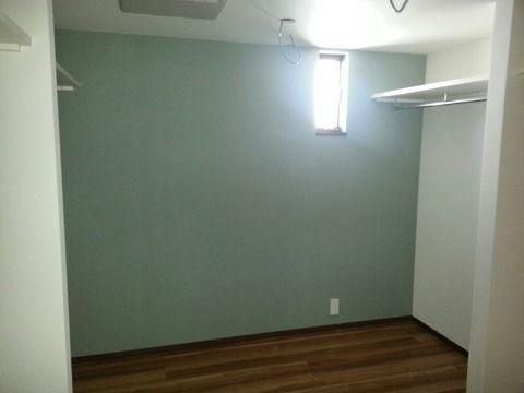 青系クロスと床の色の組み合わせ(例) 縁の色が白いと変かも。この部屋だけ焦茶にできるのか確認。