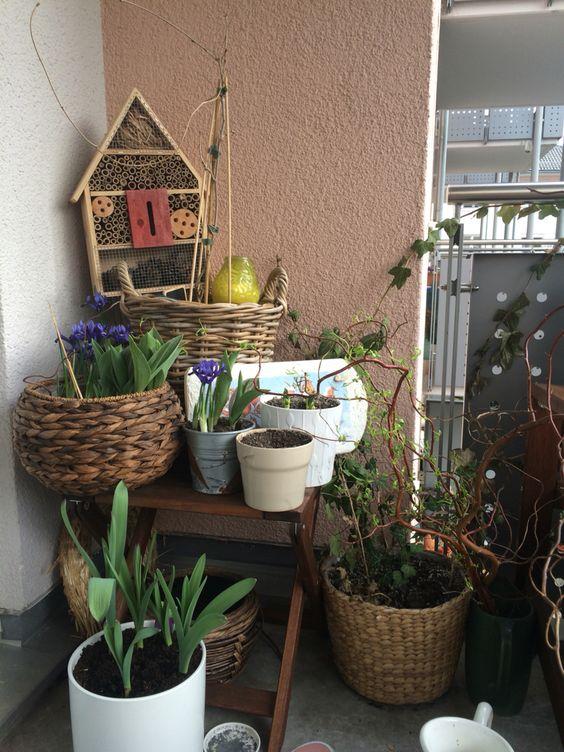 Balkondeko mit Blumen und Insektenhotel