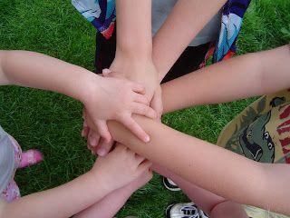 Dentro de un grupo uno de los roles más importantes es el rol de líder, ya que como su definición lo dice es la persona que es capaz de guiar al grupo hacia sus metas. Además comprende con rapidez y perfección lo que la situación exige del grupo al que pertenece y sabe convencer a los demás para que se entreguen a realizar su parte.