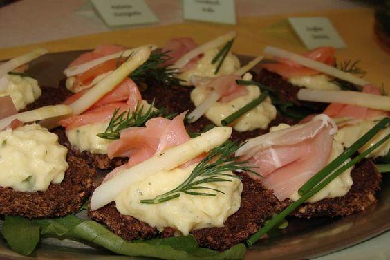 Kanapées mit Frischkäse, Spargel und Lachs oder Schinken
