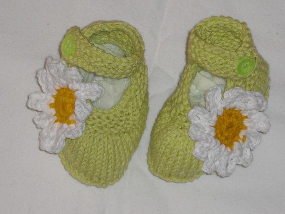 Zauberhafte frühlingshafte leichte Babyschuhe - Ballerinas.    Handgestrickt aus 100% Baumwolle - verziert mit einer hübschen gehäkelten Gänseblume.
