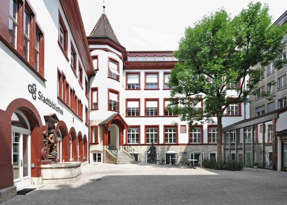 GGG-Stadtbibliothek, Basel /// Die moderne Bibliothek im alten Schmiedenhof /// Die Stadtbibliothek Basel zählt rund 750 000 Besuche jährlich. Durch die Modernisierung und Erweiterung konnte die Fläche verdoppelt werden. Den historischen Bestand des Zunfthauses zum Schmiedenhof mit den aktuellen Bedürfnissen einer Mediathek zu verbinden, war eine der wichtigsten Herausforderungen. Foto: © Lilli Kehl, Basel #ittenbrechbühl