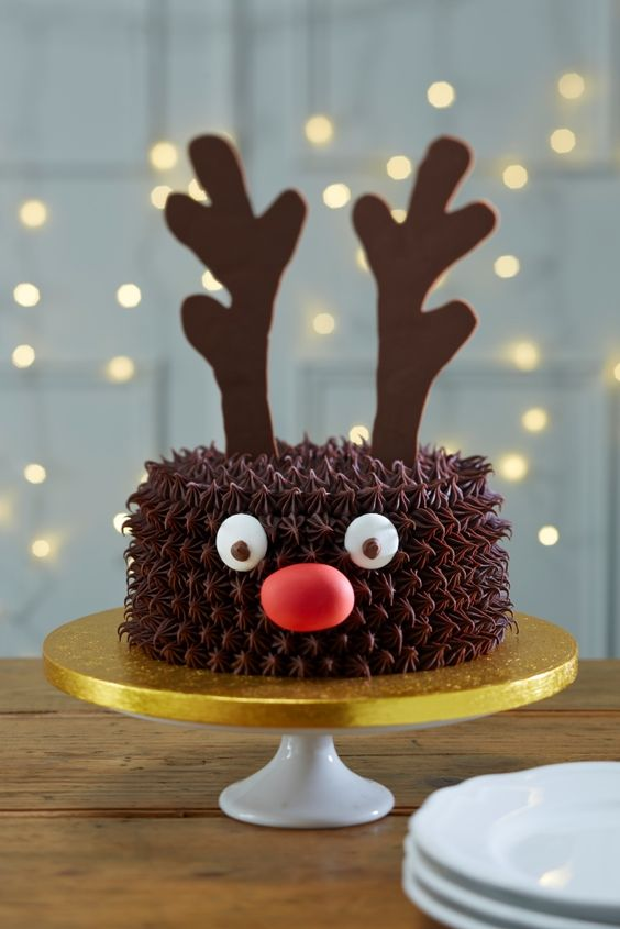 The 12 Most Ingeniuos Christmas Cakes - DIY easy reindeer christmas cake #ChristmasCake #Reindeer: