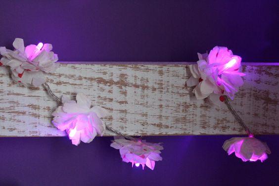 As flores foram feitas com guardanapos dobrados e recortados.