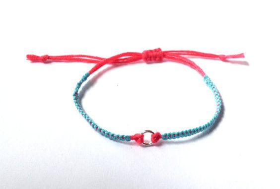 Bracelet tressé bleu/corail petit anneau