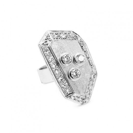 Piedra de plata 950 trabajada con distintas texturas y 3 cristales de 3 mm.