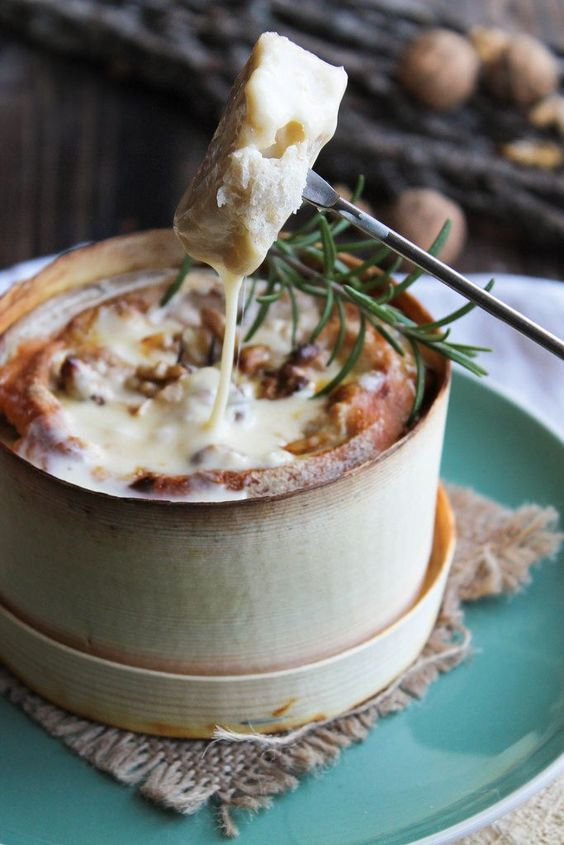 Fondue au Mont d'Or, noix et romarin - Ingrédients : 1 petit Mont d'or, 5 cl de vin blanc, des noix, une branche de romarin, du pain ou des pommes de terre