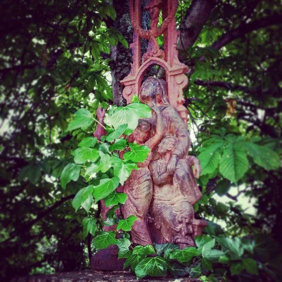 Détail du groupe au pied de la #croix en #ferforgé de #Montgradail : je pensais qu'il s'agissait de la Vierge mais la présence des 2 (voire 3) adolescents (?) me rend perplexe. S'agit-il des saints Jean & Marie-Madeleine symboliquement représentés plus petits que la Vierge ? #aude #razès #audetourisme #jaimelaude #cross #metalwork #jardinsecret #secretgarden