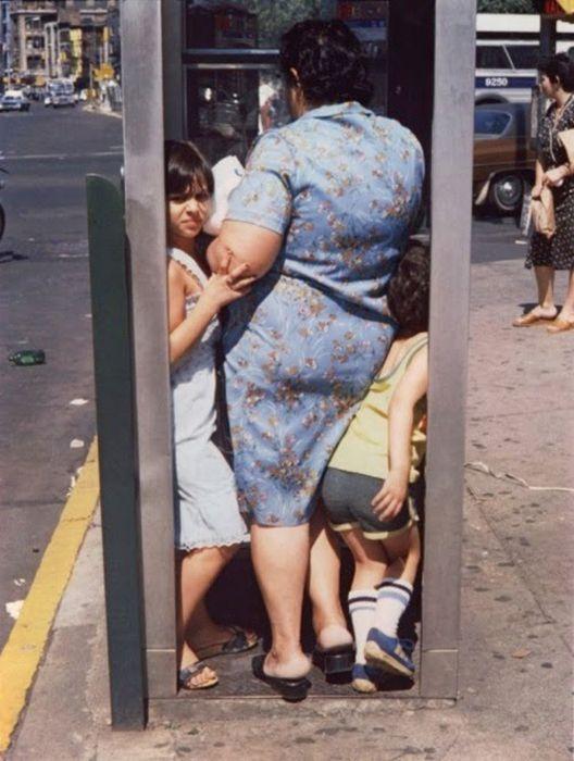 В телефонной будке. Автор фото: Helen Levitt.:
