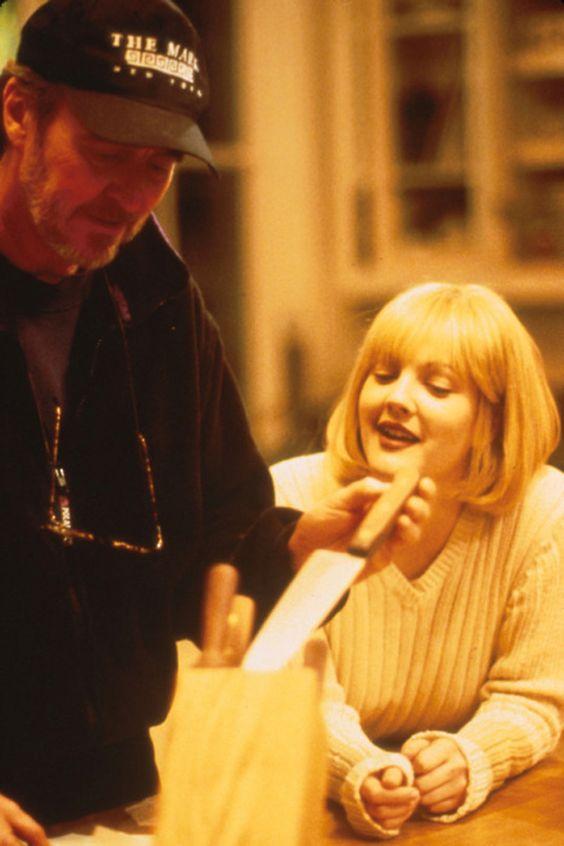 Wes Craven e Drew Barrymore no bastidor de Pânico (Foto: Reprodução / Taste of Cinema)