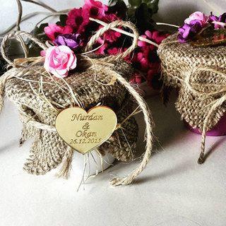 Rote Rosen oder lieber weiße Tulpen? Blumen gehören bei einer Hochzeit nicht nur in den Brautstrauß, sondern auch auf die Tische und in die Kirche...