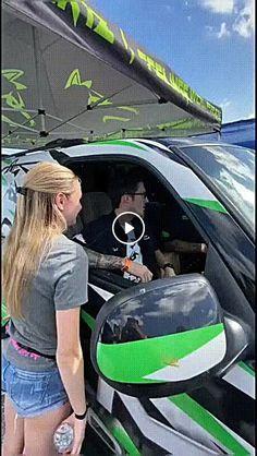 a potencia do carro estoura ate o retrovisor de tao alto