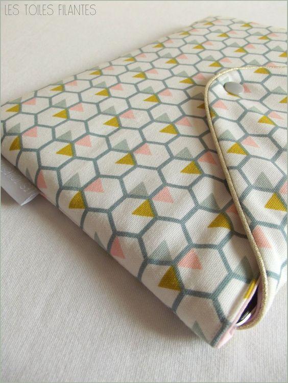 Pochette molletonnée pour iPad. Extérieur en natté de coton imprimé géométrique, intérieur en coton rose pâle. Passepoil or, fermeture pression. Existe pour iPad et iPad mini.Fait main en France.