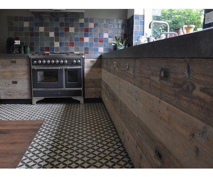 Keuken (oven niet) en de gekleurde tegels aan de muur vinden we ...