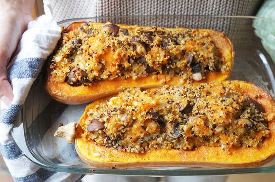 Clean Eating repeat: Mit Quinoa gefüllter Butternusskürbis. Passend zum Herbstwetter.