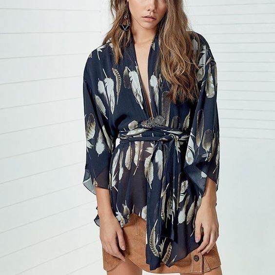 Peça-desejo do dia: a blusa de seda com estampa de penas da coleção Hamptons! [Compre através do nosso Insta Shop!] #HamptonsAnimale #AnimaleBrasil #seda (ref: 01.06.0119)