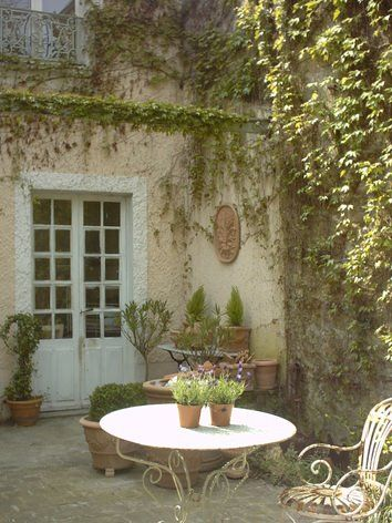 Romantic French Country Garden Courtyard Ideas: a sweet bistro dining area. #provence #frenchcountry #courtyard #garden #dining
