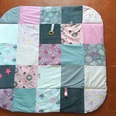 Doux tapis bébé, rose et gris