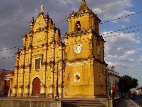 Iglesia de La Recolección, en León, Nicaragua, op de hoek van de straat waar 'mijn' familie woont