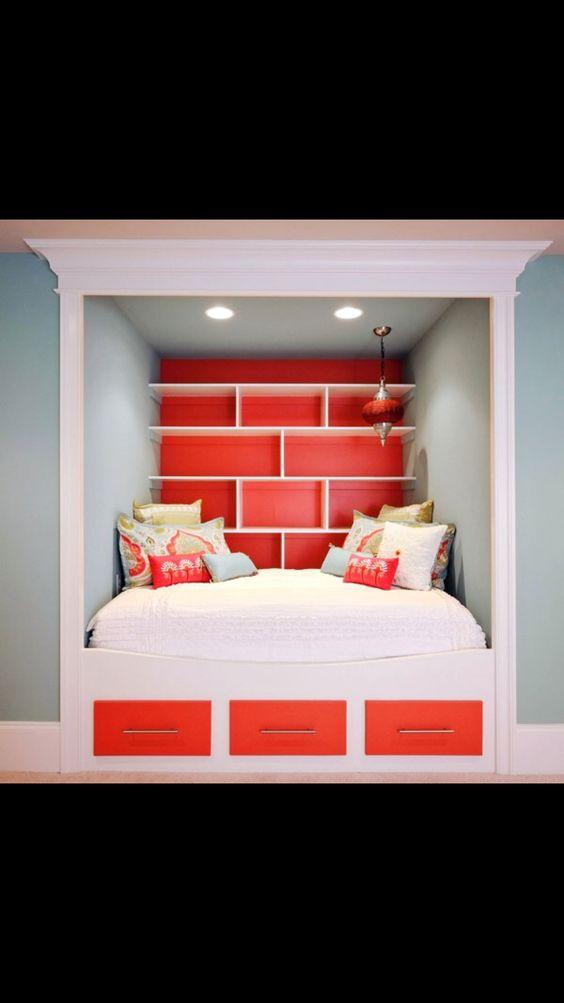 Lustige Idee.. In der Wand eingelassenes Sofa, resp Bett..