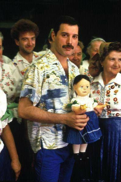 人形を抱くフレディ・マーキュリー