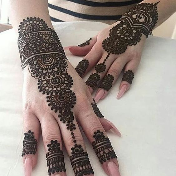 Super pretty henna  via @maharani_mehendi  #mehndi #henna #hennadesigns #hennaartist #hennalover #nails #hennahands