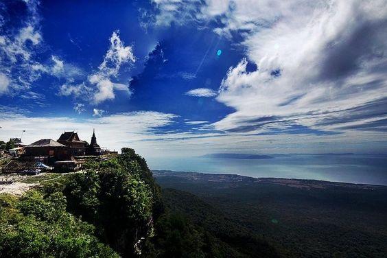 Từ vị trí của chùa Năm Thuyền có thể ngắm nhìn đảo Phú Quốc của Việt Nam