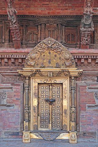 Porte dorée du palais d'un dignitaire à la capitale de Turandot. https://turandoscope.wordpress.com/2016/09/10/17-la-capitale-imperiale/