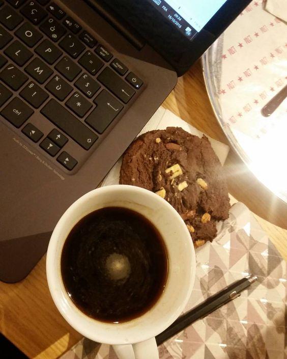 """Juste un petit coucou pour dire """"Bonjour"""" dans la ronde ! Un bon café chaud, un cookie et quelques instants pour écrire 😍 Passez une belle journée ! 😙☕☕☕ #jaime #happy #happymilleuille #happiness #igers #igdaily #freetime #igersfrance #passion #blog..."""