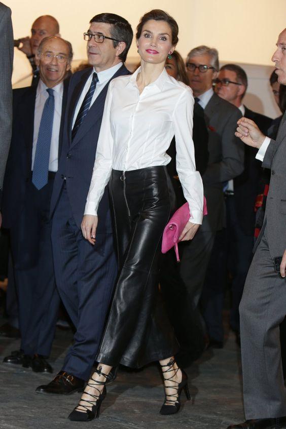 La Reina escogió un look un tanto audaz para comparecer en la inauguración de ARCO. Vestida con una chaqueta rosa fucsia, una camisa blanca y unos atrevidos pantalones de cuero negros anchos y tobilleros, que combinaba con unos zapatos de tacón de aguja sin medias y una cartera de mano igualmente fucsia, doña Letizia visitó la prestigiosa feria de arte. Casi todo el conjunto confeccionado con firmas de moda españolas.