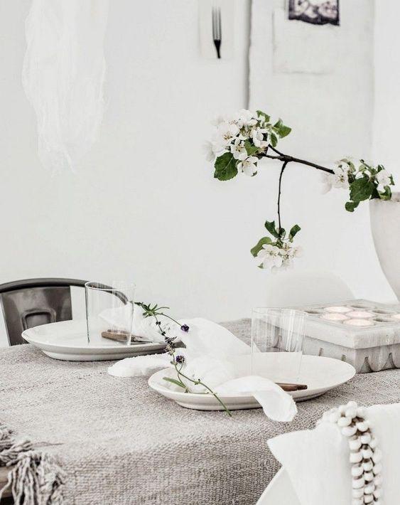 déco table Saint-Valentin romantique - nappe tricot grise à franges, brins de lavande et branche à fleurs blanches