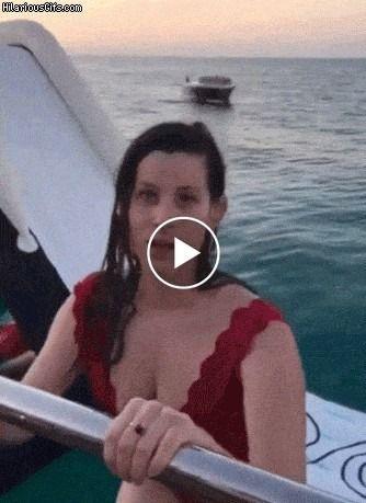 Garota pula do barco em alto mar
