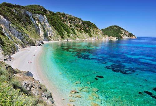 La spiaggia di Sansone La spiaggia di Sansone, a Portoferraio, è una piccola striscia di ghiaia bianca raggiungibile con un sentiero che parte dalla spiaggia della Sorgente