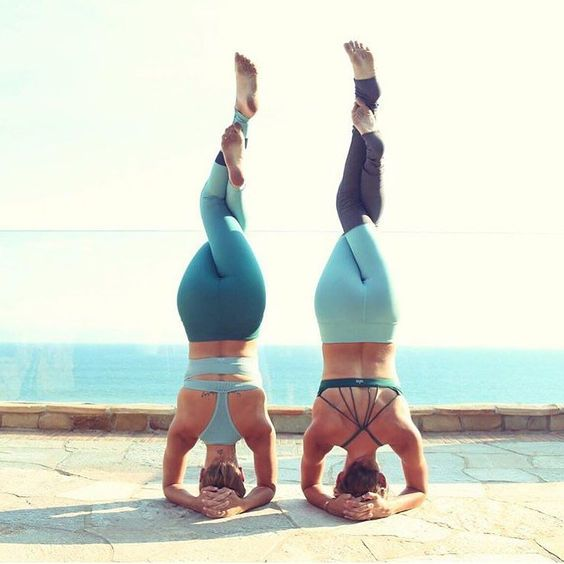 Double headstands by these two bestie beauties – @jessicaolie & @the_southern_yogi. @jessicaolie is featured in the Power Crop & Airbrush Legging. @the_southern_yogi is featured in the Sunny Strappy Bra & Goddess Legging. #aloyoga #beagoddess