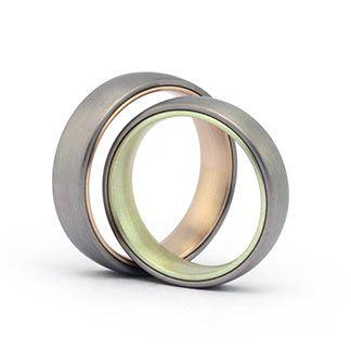 Trauringe in 585 Grüngold Roségold und Graugold Ringform: außen abgerundet, innen leicht bombiert. Damenring, Herrenring: 5,8mm breit 2,2mm stark Oberfläche: längs matt