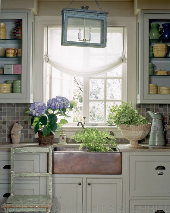 A kitchen that evokes the south of France. Designed by Solis Betancourt & Sherrill. #provence
