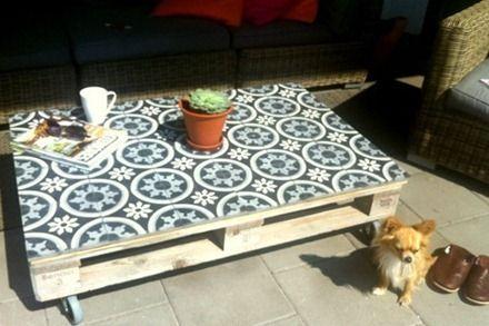 Carreaux de ciment sur palettes en voil une id e de for Table de jardin en ciment