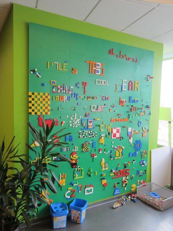 Een bouwplaat aan de muur bevestigen zodat je tegen de muur met LEGO kan spelen, zo is opbergen niet nodig