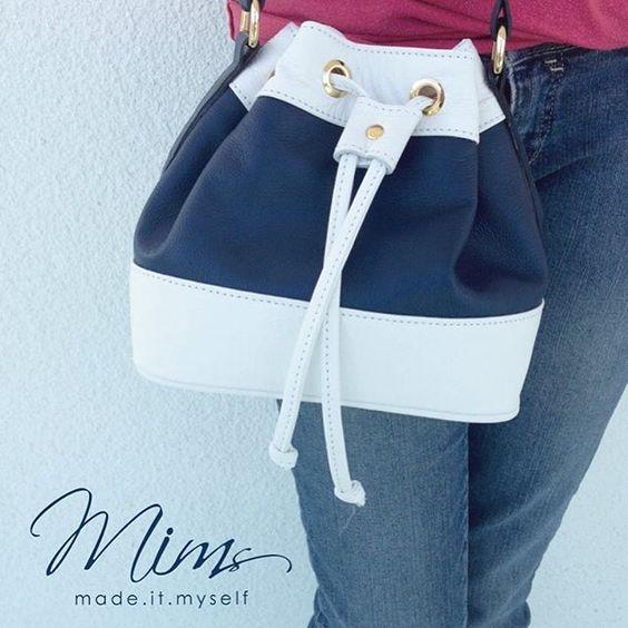 Bolsa Mini Brigadeiro em azul marinho e branco - Crie a sua pelo site ➡️️️️️️www.mimsbags.com #criesuabolsa #bucketbag #bolsadecouro